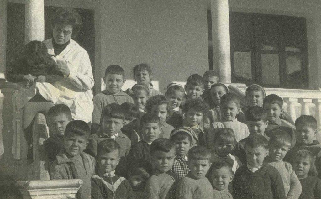 Foto del colegio de Somontín, con doña Trini de profesora.  Esta foto debe de ser de 1968, aproximadamente.