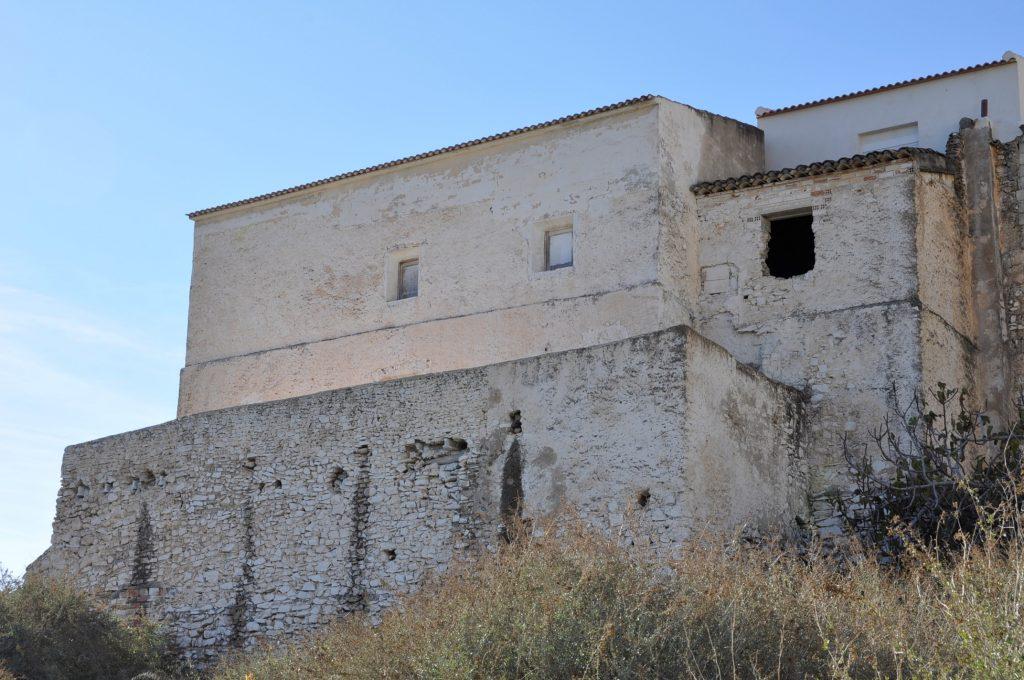 Casa Curato, vista desde atrás, de los tejados a las terrazas y hasta el suelo, hay aproximadamente una caída de unos 12 metros. (Foto de Baldo Oliver)