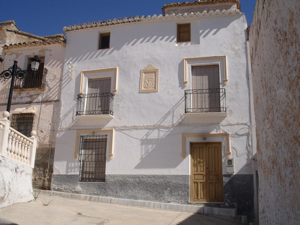 Casa de D. Alberto Acosta Jiménez en la Placeta. En la fachada el Escudo de la Santa Inquisición. (Foto de Baldo Oliver)