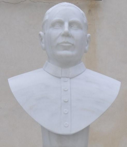 Monumento ubicado en la entrada a la iglesia, dedicado a rendir homenaje al cura D. José Jiménez, natural de nuestro pueblo. (Foto de Baldo Oliver)