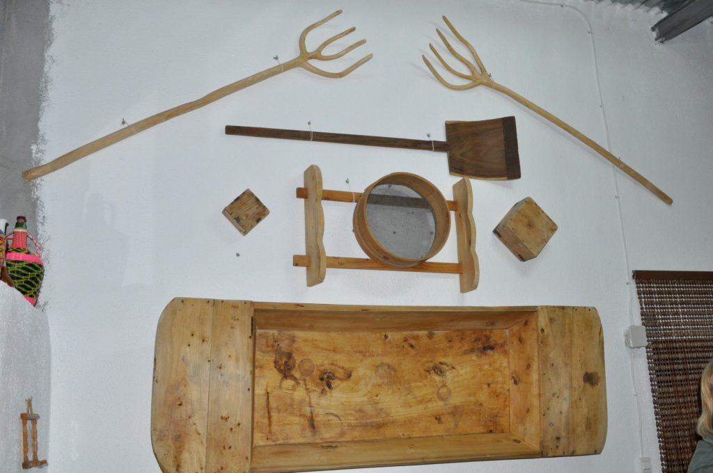 Utensilios varios: horcas, pala de grano, cedazo, cuartín, cuarto celemín y artesa. (Foto de Baldo Oliver)